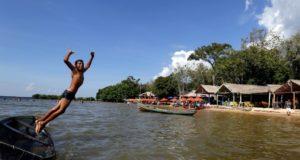 アマゾン河中流サンタレーン、まるで海岸のような砂浜で遊ぶ子供たち(FOTO: SIDNEY OLIVEIRA/AG. PARA)