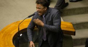 大統領の名を刻んだ刺青の部分を叩いて大統領の潔白を主張するヴラジミール下院議員(Lula Marques/AGPT)