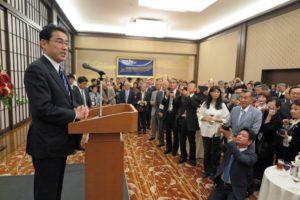 2015年の海外日系人大会の歓迎レセプションで、世界から集まった日系人を前に挨拶する岸田文雄外務大臣(当時)