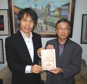 (左から)来社した白水副市長、杉本さん