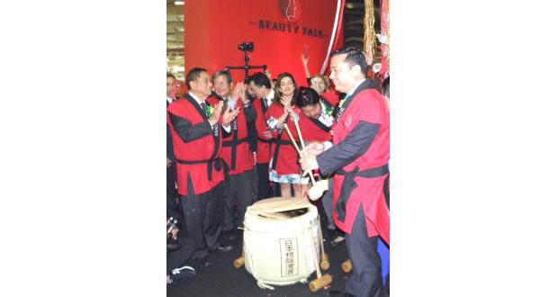 来賓らで鏡割り(法被を着た左端が池崎名誉会長)
