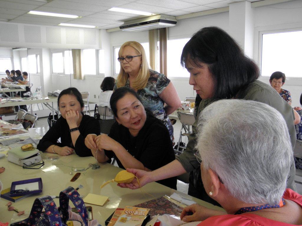 (左から2番目下)指導する中山さんと生徒