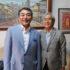(左から)来社した藤麻理事と須郷会長