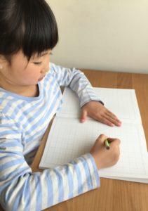 勉強する子ども(image by: www.photo-ac.com)