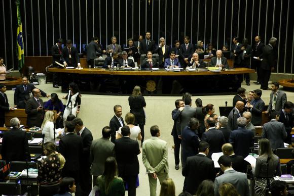 11時間に及ぶ討議の末、上下両院本会議は5日に再開となった。(Marcelo Camargo/Agência Brasil)