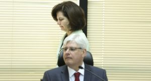 ジャノー長官の後ろを通るドッジ次期長官(Foto: Marcelo Camargo/Agencia Brasil)