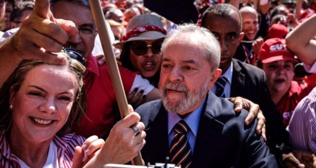 13日、裁判の前に支持者に支えられるルーラ氏(Gibran Mendes)