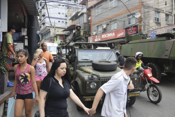 ファヴェーラの中を巡回する軍の兵士や軍用車(Vladimir Platonow/Agencia Brasil)