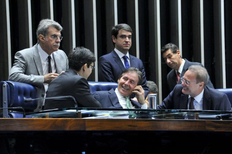 上院での審議の場でのジュカー上議(左端、Geraldo Magela/Agência Senado)