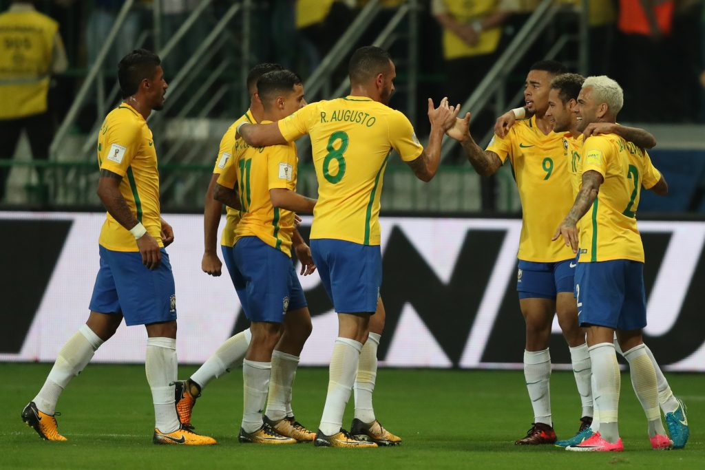 ワールドカップ予選最終戦、チリ戦で、ゴールを祝福するイレブン(Lucas Figueiredo/CBF)