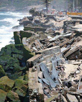 高波によって崩壊したマクンバ海岸の自転車専用レーン付の道路(Tânia Rêgo/Agência Brasil)