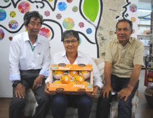 (左から)来社した浦田さん、森岡会長、牛腸会長