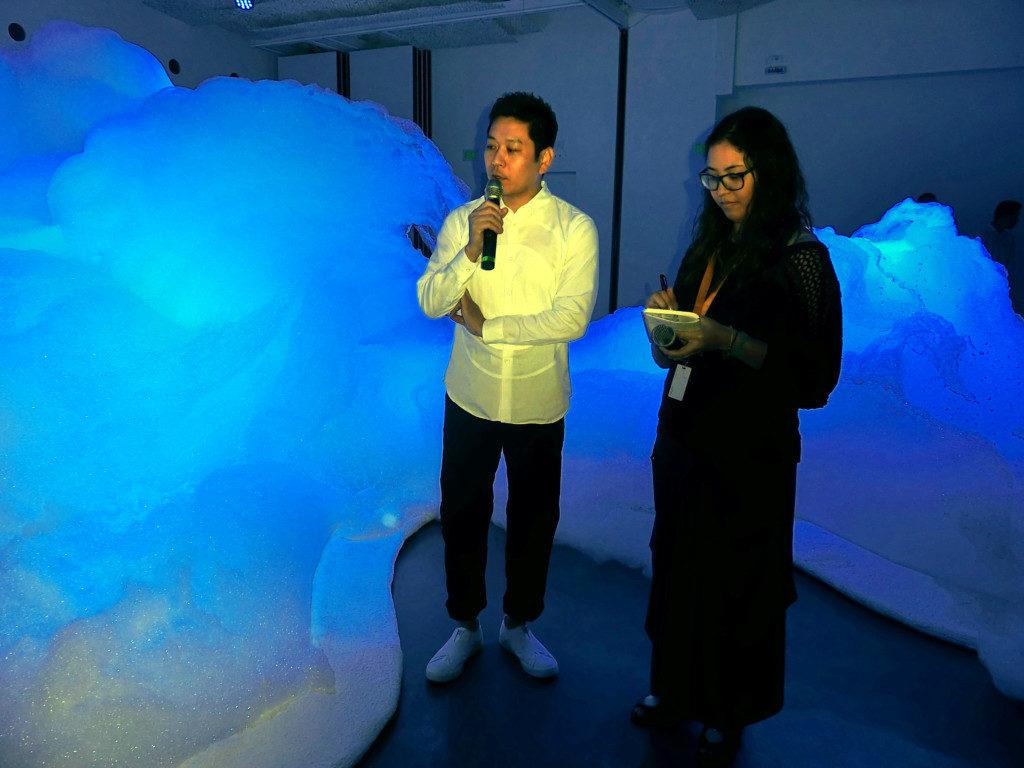 青光に照らされた泡の空間藝術
