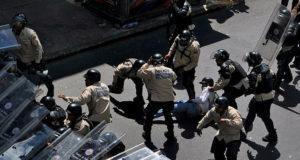 武力行使で沈静化された抗議運動(AFP PHOTO/Francisco Rodriguez)