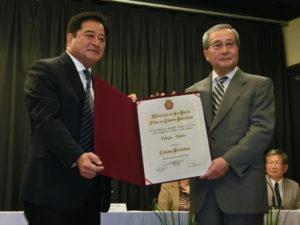 聖市名誉市民章を受章した緒方理事長