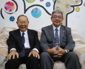 (左から)来社した近沢理事長、鈴木副理事長