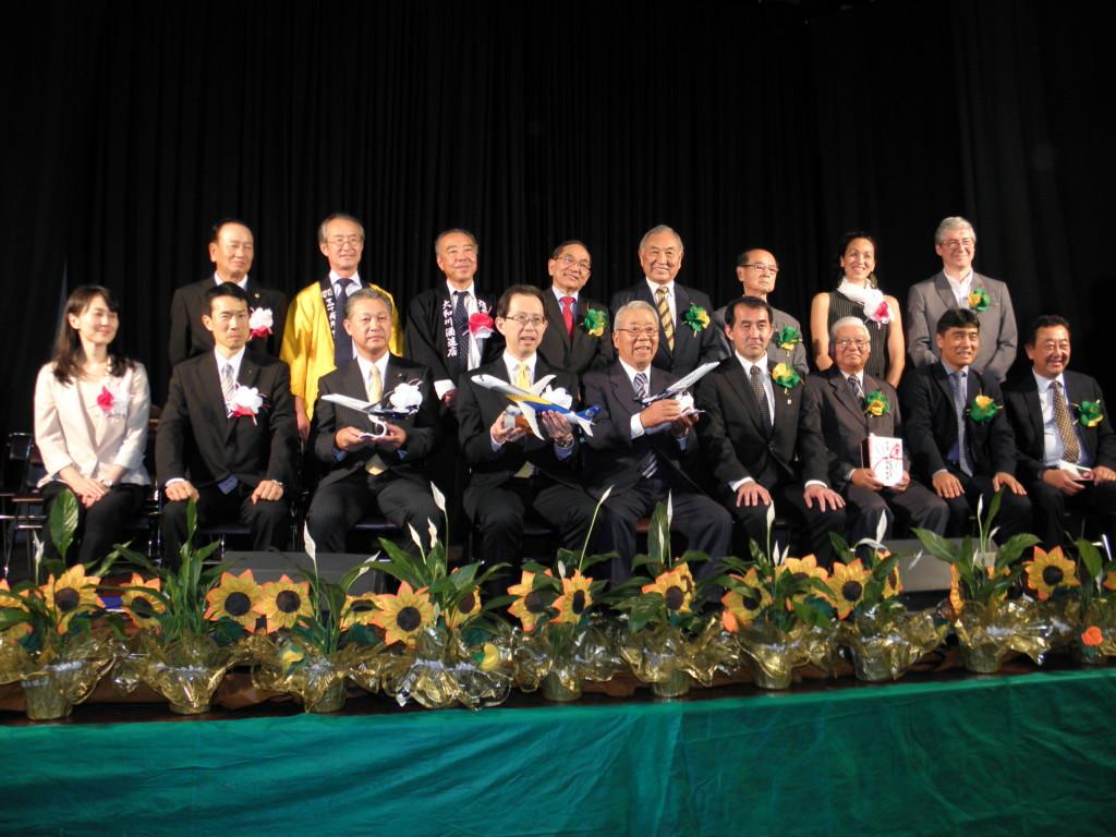 来賓らで記念撮影(下段左から3番目から杉山県議会議長、内堀知事、永山会長)