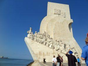 これから船出をする様子をモチーフにした「発見のモニュメント」。先頭が大航海時代の先駆的指導者エンリケ航海王子