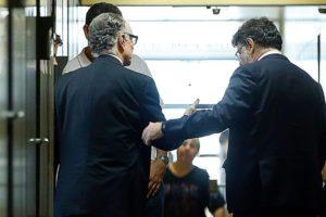 5日に連行されたカルロス・アルトゥール・ヌズマン氏(左)(Tânia Rêgo/Agência Brasil)