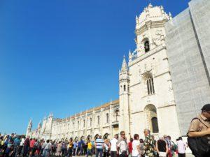 観光客が列を作って入場を待つジェロニモス修道院