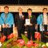 激励金を受け渡す竹中副知事(左から2番目)と森本会長
