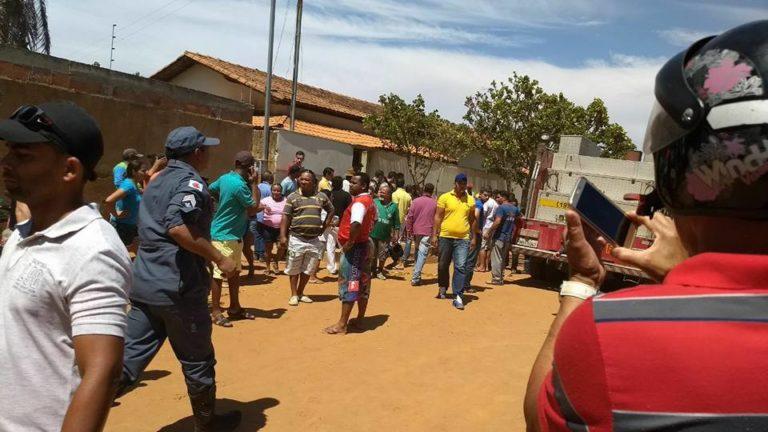 火災発生の報に駆けつけ、消火や救出を助けたり、子供達の安否を尋ねたりする地元住民達(Policia Militar)