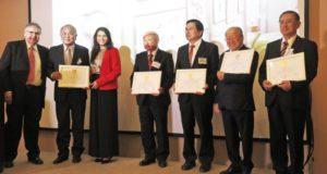 ネルソンさん(左)から県連幹部や下本八郎元聖州議に記念のプレートが渡された
