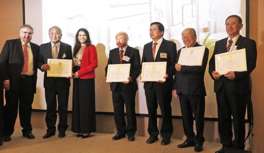 ネルソンさん(左)から県連幹部や下本八郎元サンパウロ州議に記念のプレートが渡された