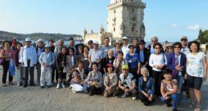 「ベレンの塔」の前で記念写真を撮る一行