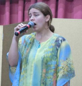 吟詠したブラジル人女性カリーナさんの初舞台と