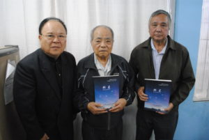 (左から)来社した高安宏治さん、宮城塾長、峰井由規さん
