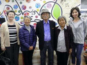 案内のため来社した豊田さん(中央)と生徒の皆さん