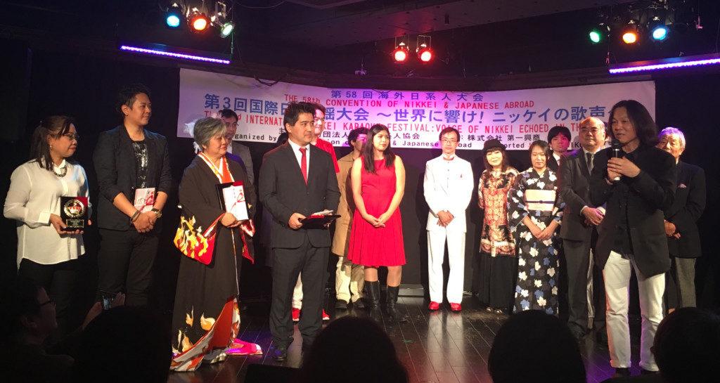10月の国際日系人歌謡大会で優勝した時の中島さん(左から4人目)