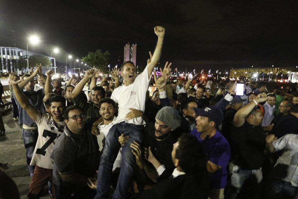 議会前広場で上院採決の結果を祝う、配車サービス運転手たち(Fabio Rodrigues Pozzebom Agencia Brasil)