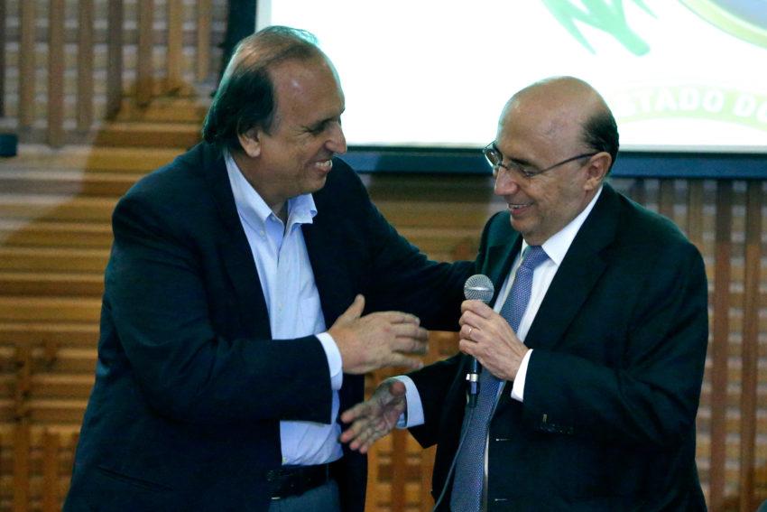 リオ州財政再建案を締結した際のペゾン州知事(左)とメイレレス財相(右)(Tânia Rêgo/Agência Brasil)