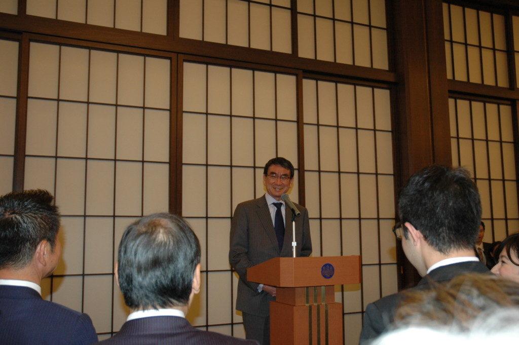 10月24日、外務大臣主催レセプションで挨拶する河野太郎外相(外務省飯倉公館、海外日系人協会提供)