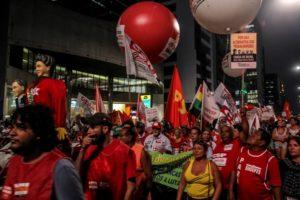 サンパウロ市パウリスタ大通りでデモを行った労組(参考画像・André Tambucci/Fotos Públicas)