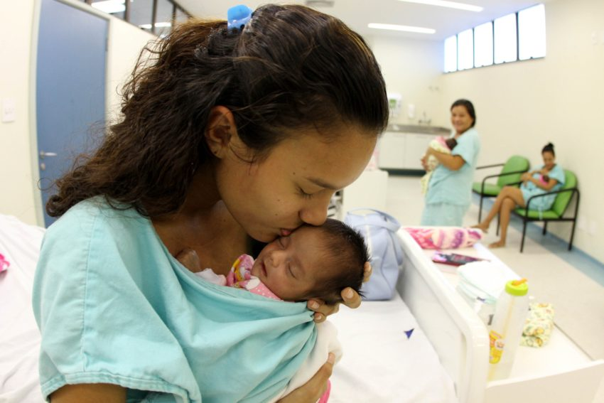 赤ん坊を抱きしめる母親(参考画像・CRISTINO MARTINS / AG. PARÁ)
