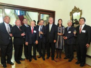 中央が東大使、その右がフィゲレイド伯大使夫妻