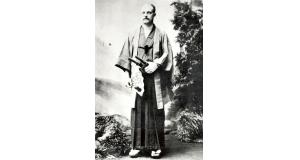 1889年に立ち寄った日本で、着物姿で記念撮影したレオポルド親王(日本移民史料館蔵、[Public domain], via Wikimedia Commons)