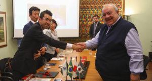 握手を交わしたラファエル市長と速水社長(提供写真)