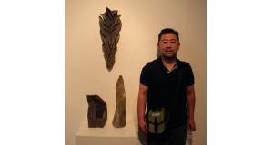 焼き締めで作られた展示作品と福澤さん