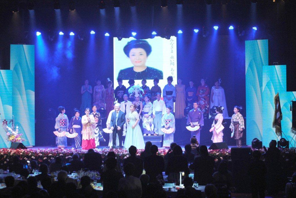 日系社会の歌手が美空ひばりを熱唱した