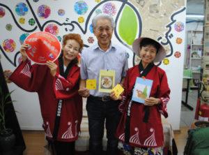 (左から)来社した市田理事、秋村実行委員長、小林会計担当