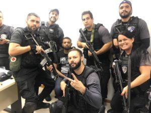 逮捕したロジェリオ157を中心に笑みを浮かべる警官たち(Redes sociais)
