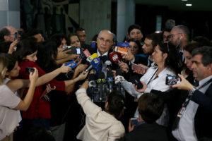 記者団に囲まれるメイレレス財相(Wilson Dias/Agência Brasil)