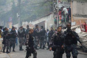 ファヴェーラでの騒乱を鎮圧するリオの警察(Fernando Frazão/Agência Brasil)
