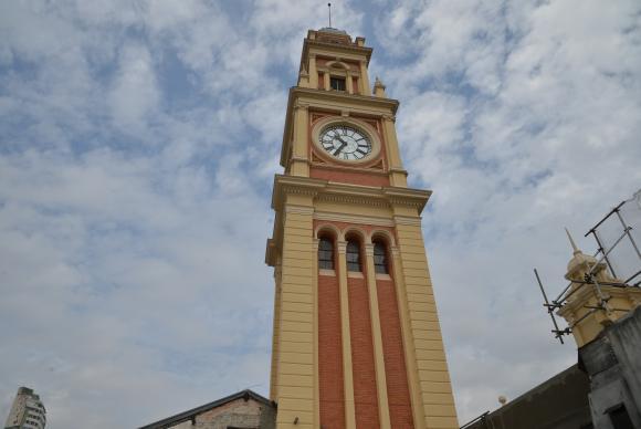 改修工事が終わったルス駅の外装と2年ぶりに動き始めた時計(Rovena Rosa/Agência Brasil)