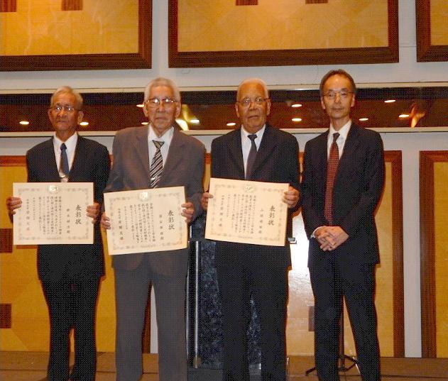 右から濱田事務所長と、外務大臣賞受賞者の鈴木さん、諸石さん、山瀬さん
