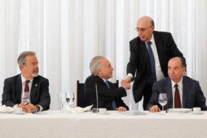 官邸付記者たちを招いての朝食会でのテメル大統領と主要閣僚たち(22日、右から2番目がメイレレス財相、Marcos Corrêa/PR)